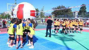 İzmir'de Mini Voleybol Şenliği Düzenlendi